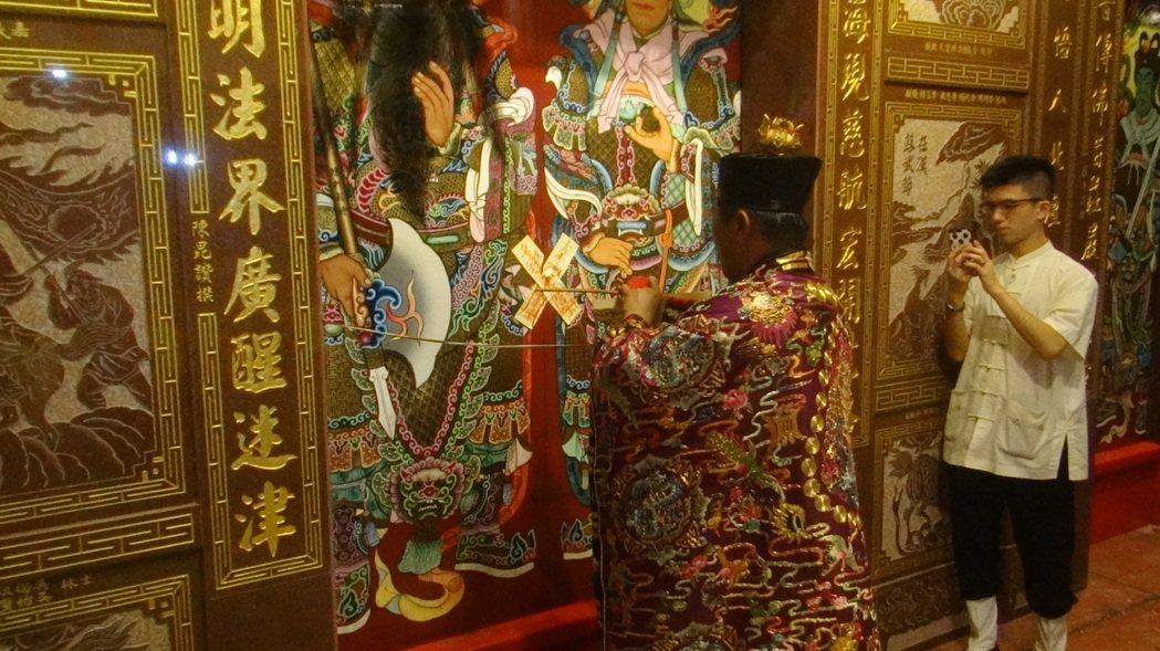 北港碧水寺20年前被法拍,信徒集資買回寺廟,今天進行開廟門盛典。記者蔡維斌/攝影
