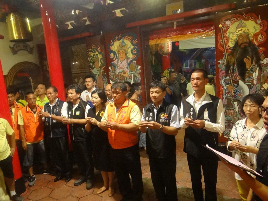 地方各界受邀向回歸寺廟的神明上香恭賀。記者蔡維斌/攝影