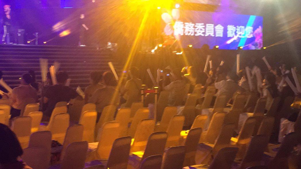 玖壹壹登台時,有些僑胞已離開,座位空了一大片。記者陳秋雲/攝影