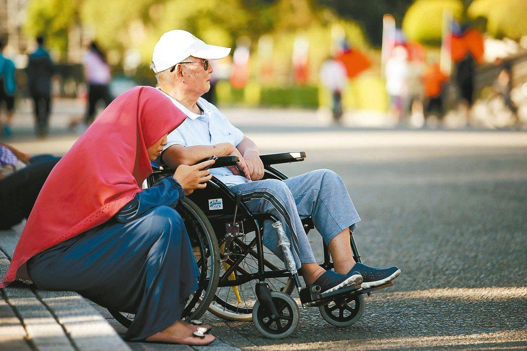 國人對外籍看護依賴度高,外籍看護今年三月突破廿四萬人大關。 記者余承翰/攝影