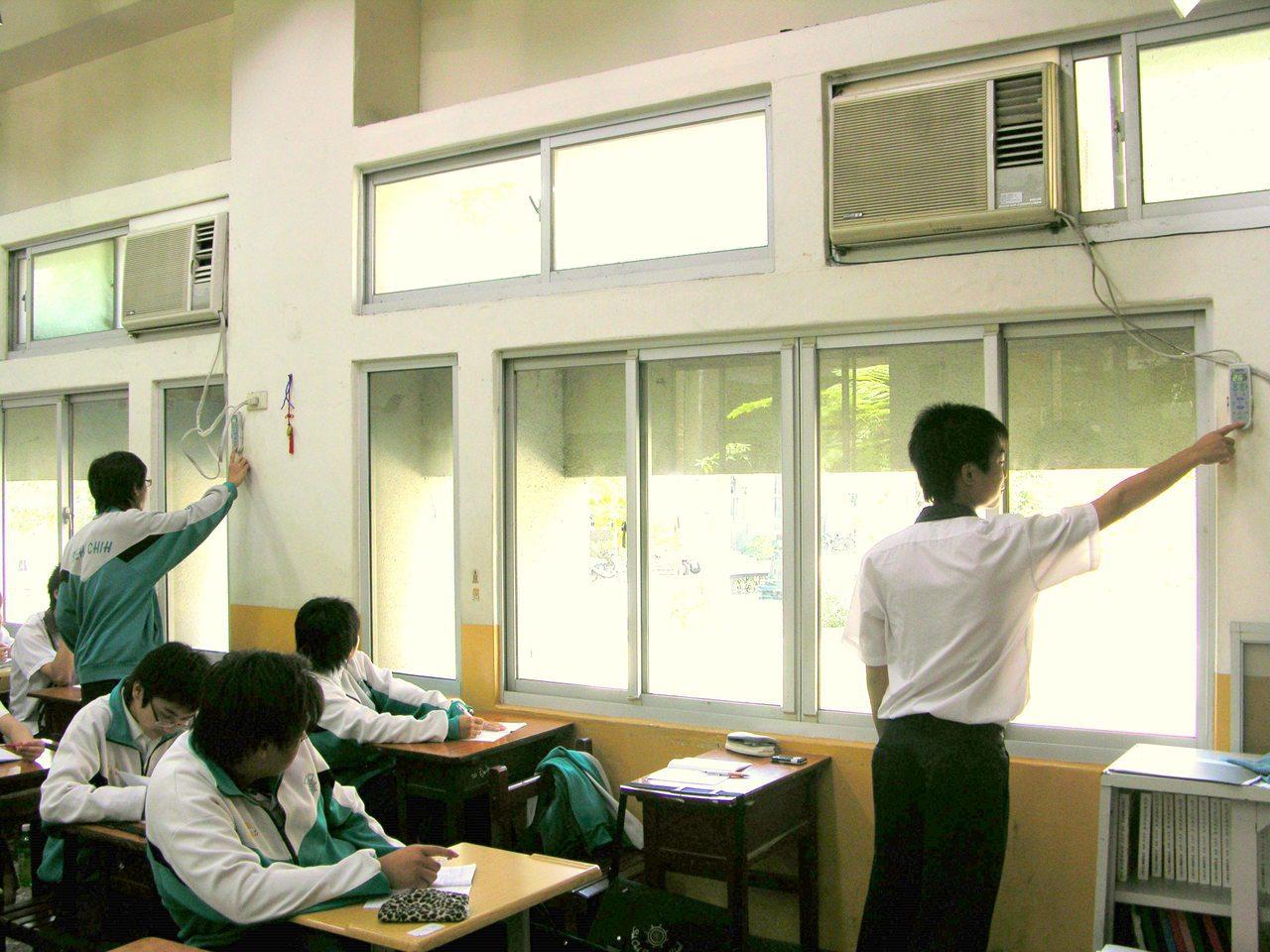 綠色公民行動聯盟秘書長崔愫欣表示,不反對加裝冷氣,但重點是校園要如何合理及聰明用...