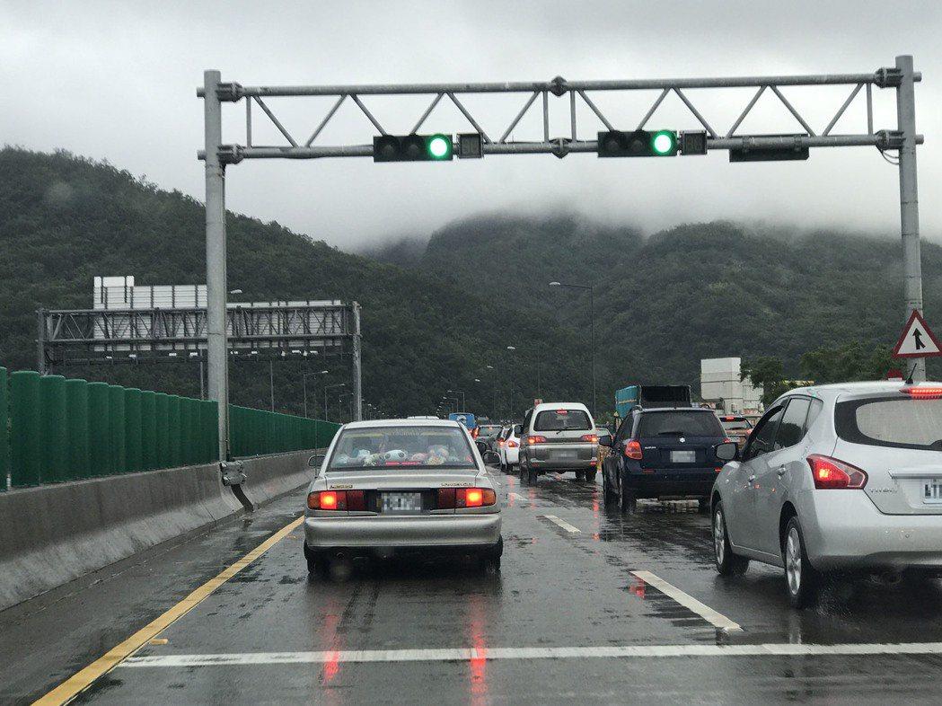 國五在進雪隧前還有紅綠燈管控,高速公路上的紅綠燈,讓駕駛嘖嘖稱奇。 記者吳淑君/...