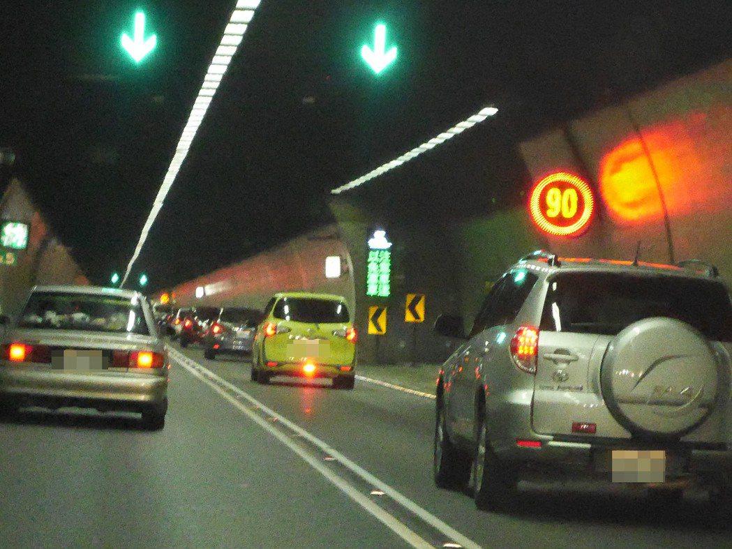 雪隧最高限速90公里,但有些人就是開不快,成了路隊長。 記者吳淑君/攝影