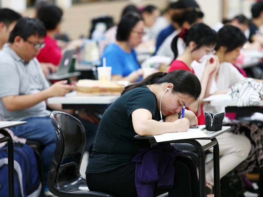 台灣人從國小便開始學習英文,但多年來在多益成績並未有起色,對比鄰近的南韓平均今年...