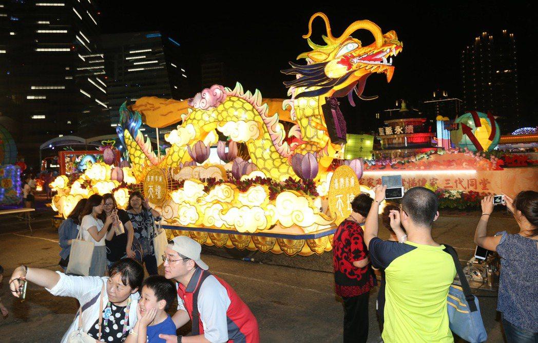 今年國慶花車讓台北夜空亮了起來。 記者林俊良/攝影