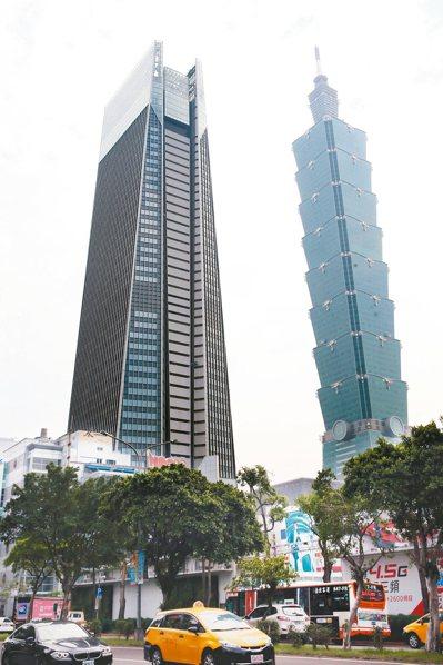 台北南山人壽廣場(左)今年底將完工,將與台北101成為信義計畫區裡的「雙塔」,在...
