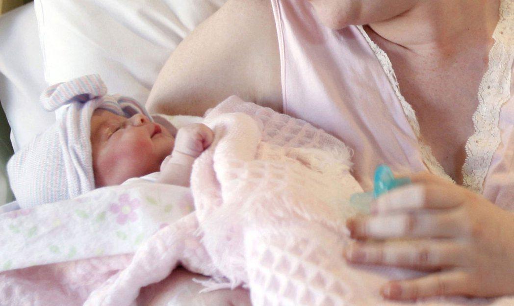 孕婦吸毒可導致新生兒產生毒癮,隨著吸毒孕婦的人數增多,問題也更加嚴重,在母胎內產...