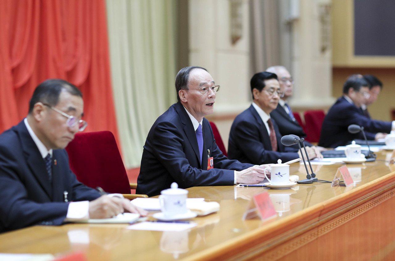 中央紀委書記王岐山(左二)在會議上講話。(新華社)
