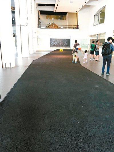 日本藝術家Chim↑Pom作品《道》,試圖藉由藝術創作的公共道路,打破官方體制的...