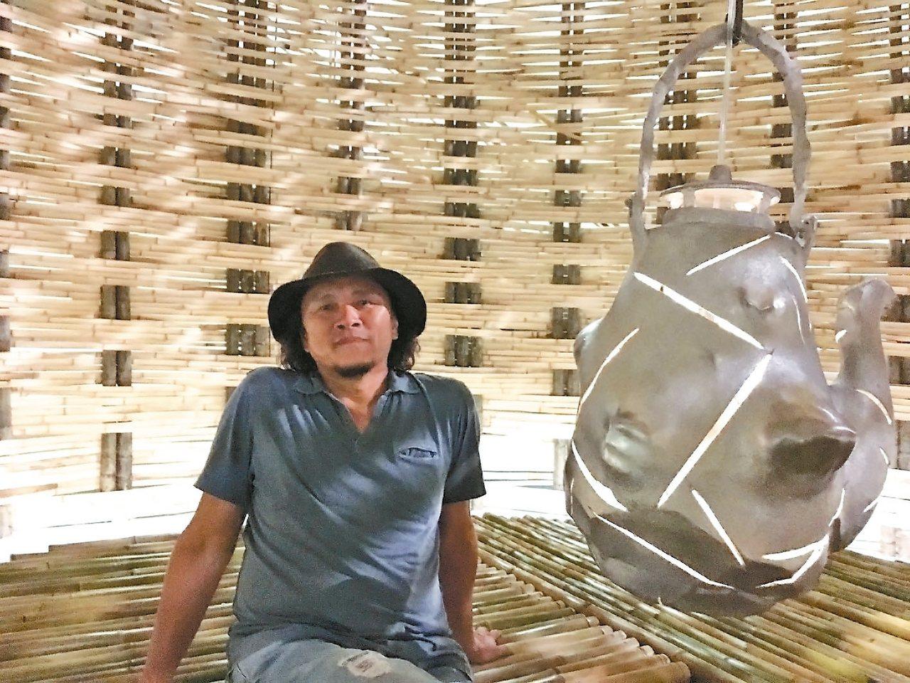台灣藝術家王文志與作品《茶壺風暴》(內部)。 記者何定照/攝影