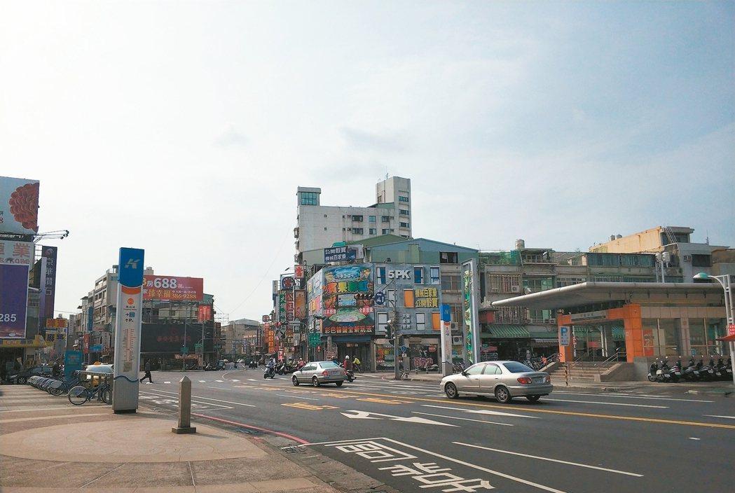 捷運鳳山站周邊。 台慶不動產/提供