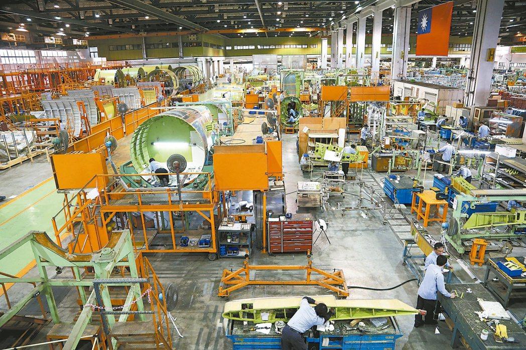 政府全力拚經濟,號召投資台灣,但國內投資不振,去年國內投資率降至20.17%,是...