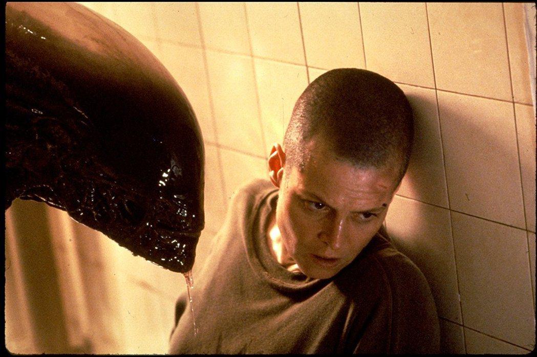 雪妮歌薇佛在《異形》電影中理大光頭,鐵女漢形象深植人心。圖/擷自IMDb