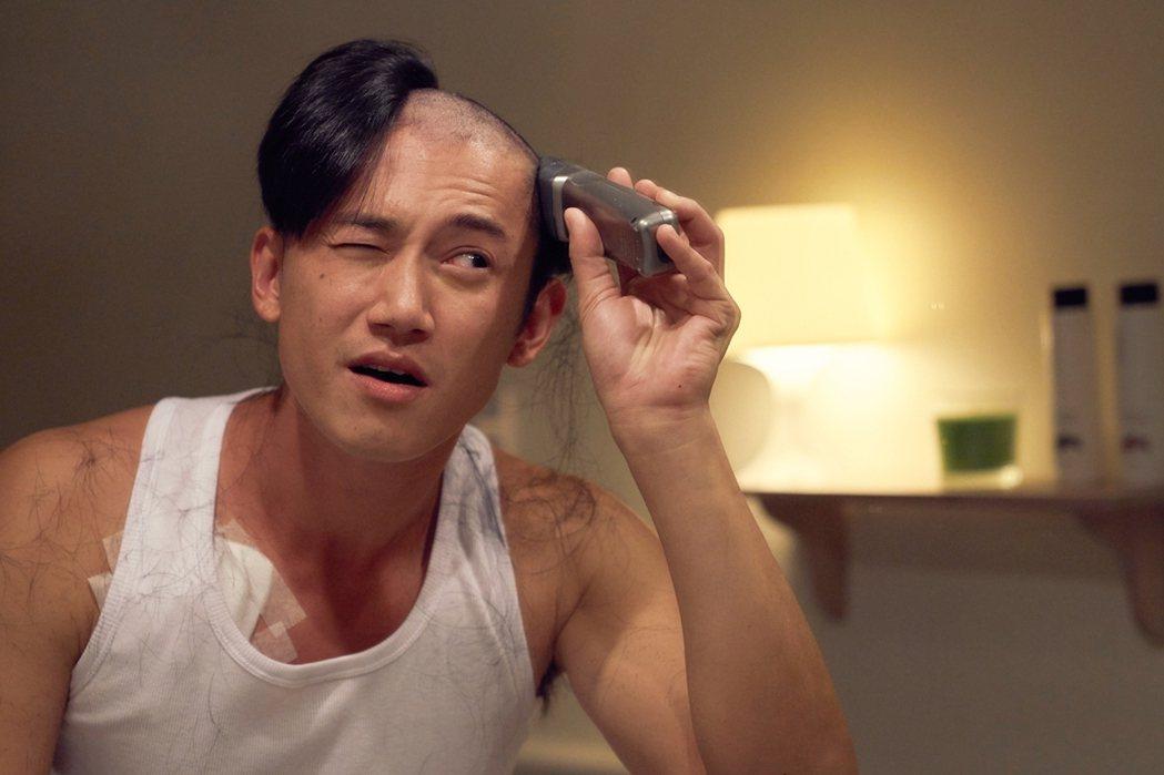 吳慷仁「我的禮物」中飾演癌症患者,為戲剃光頭。圖/緯來提供