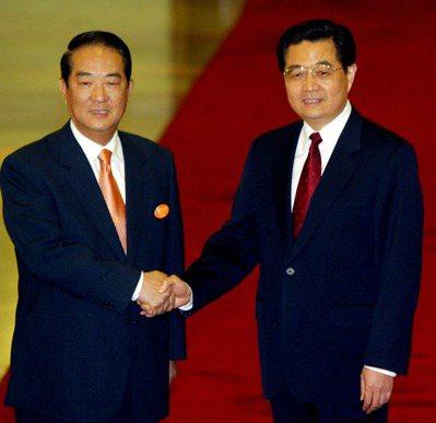 2005年親民黨主席宋楚瑜(左)在人民大會堂與中共中央總書記胡錦濤(右)握手會面...