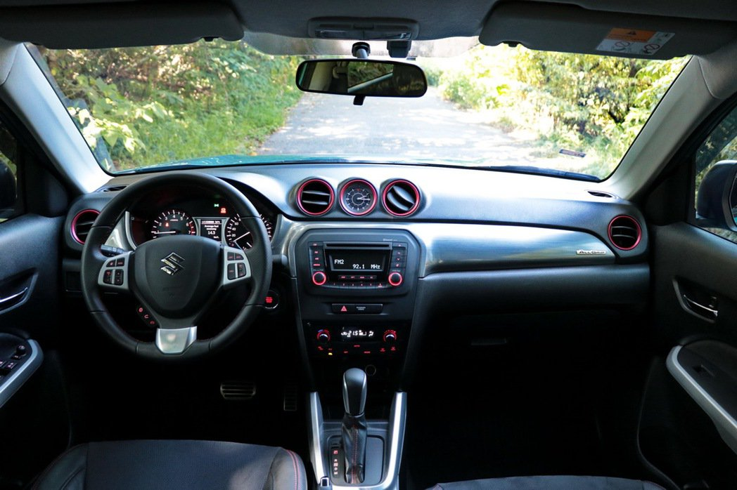 Vitara雙色配置從外觀延續至車內,用色大膽討喜。 記者陳威任/攝影