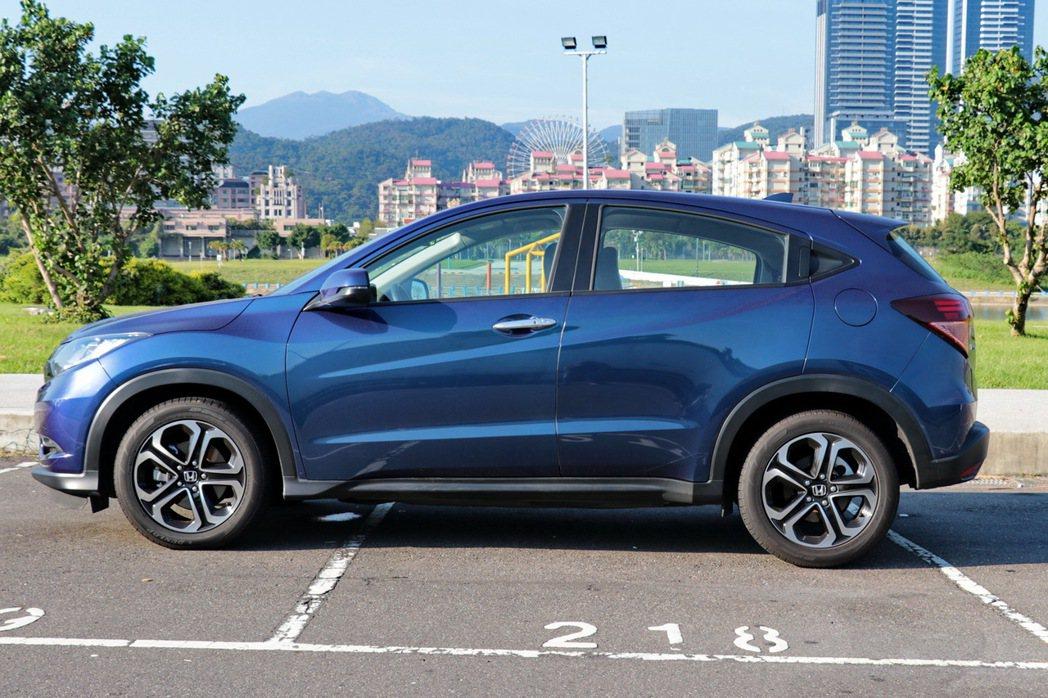 HR-V的隱藏式後車門把手,讓整台車外型更有跑旅風格。 記者陳威任/攝影