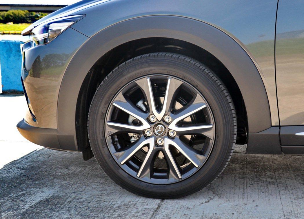 CX-3的輪胎尺碼達到215/50R18。 記者陳威任/攝影