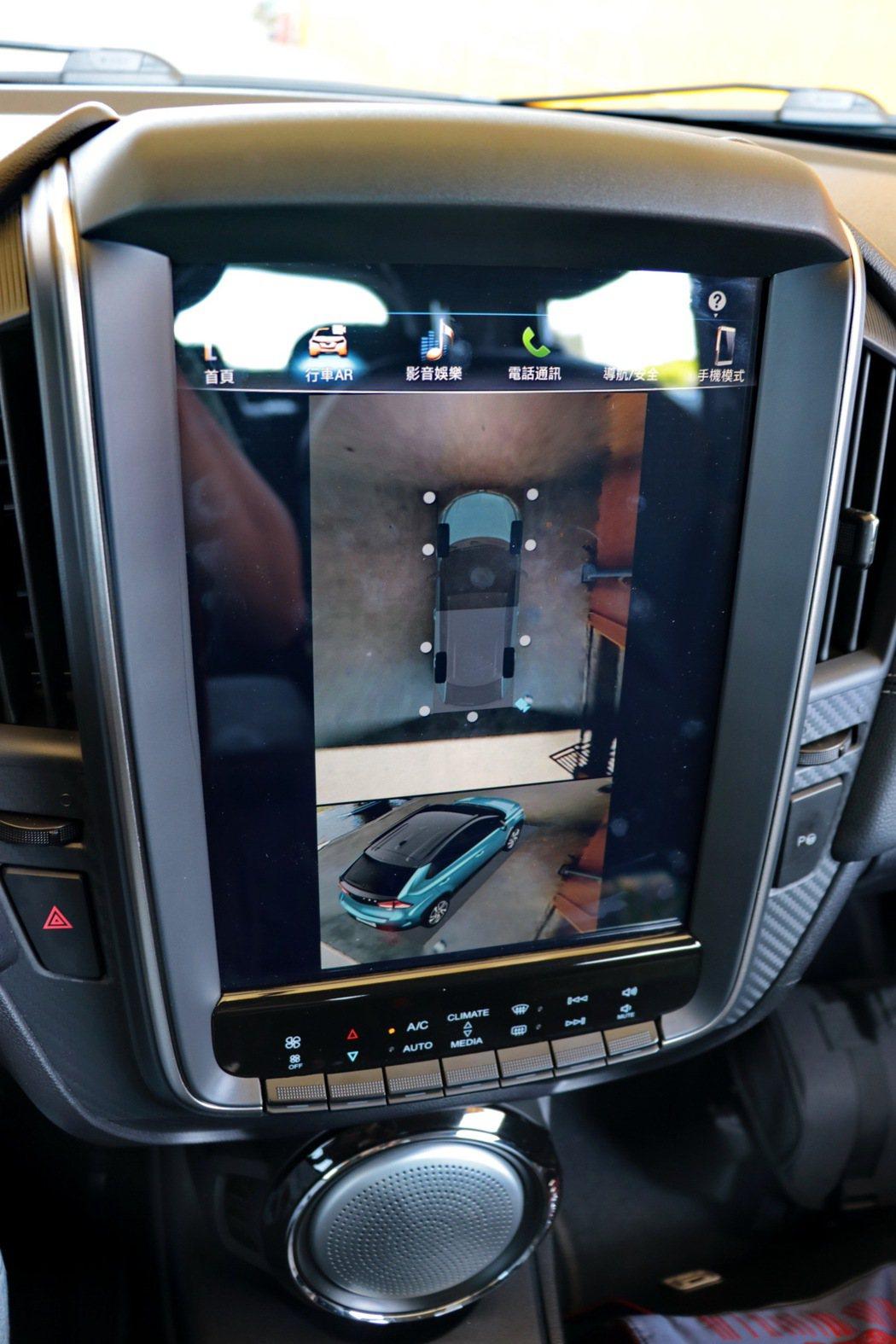 U5首創AR底盤透視影像,可清楚看見底盤下狀況並顯示車輪位置及角度,以智慧科技讓用車更安心。 記者陳威任/攝影