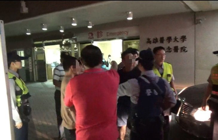 三民一分局長戴台捷(紅衣者)怒吼壓制現場氣焰。記者林伯驊/翻攝