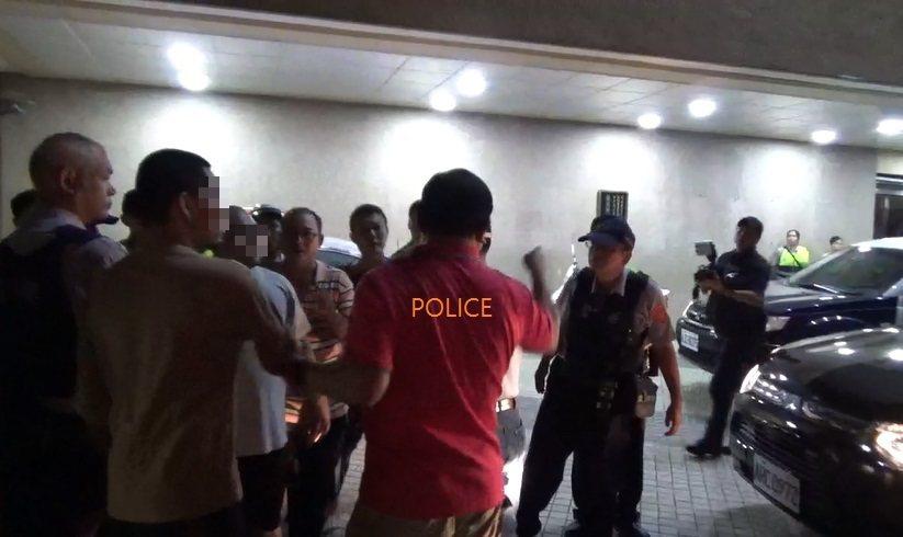 三民一分局長戴台捷(紅衣者)怒吼「全部給我帶回去」。記者林伯驊/翻攝