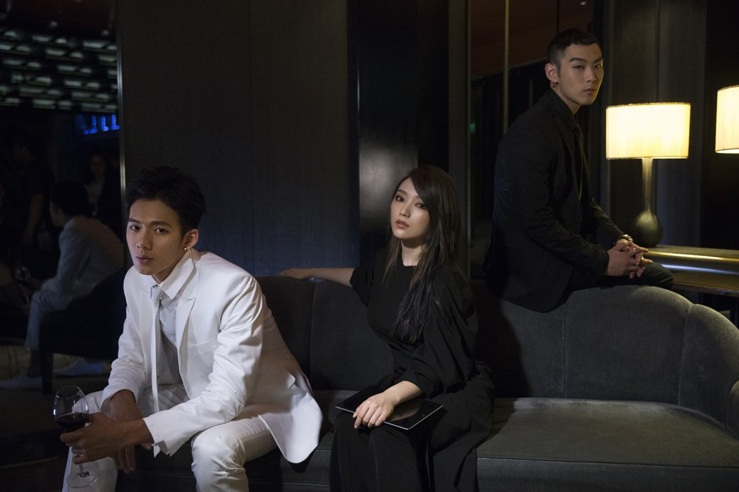 閻奕格拍攝MV找來吳念軒(左)擔任男主角。圖/華研國際音樂提供