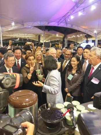 蔡英文總統(左三)向宏都拉斯副總統葛芭拉(左二)介紹珍珠奶茶。聯合報系記者徐偉真...