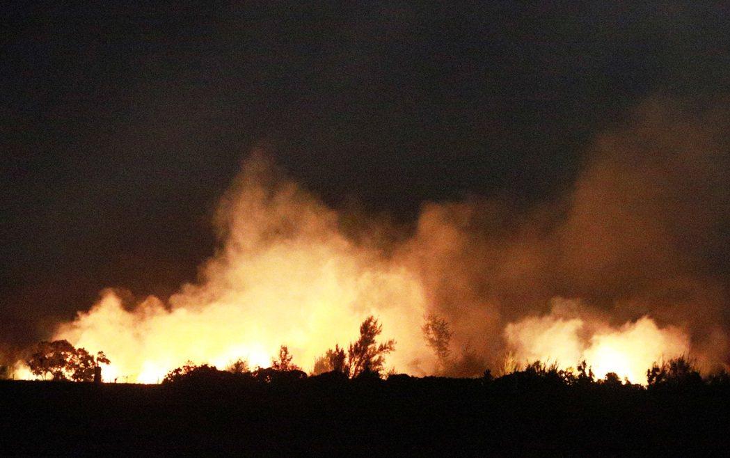 暌違兩年的國慶煙火今年在台東卑南溪出海口施放,美麗的火樹銀花在夜空綻放,十分美麗...