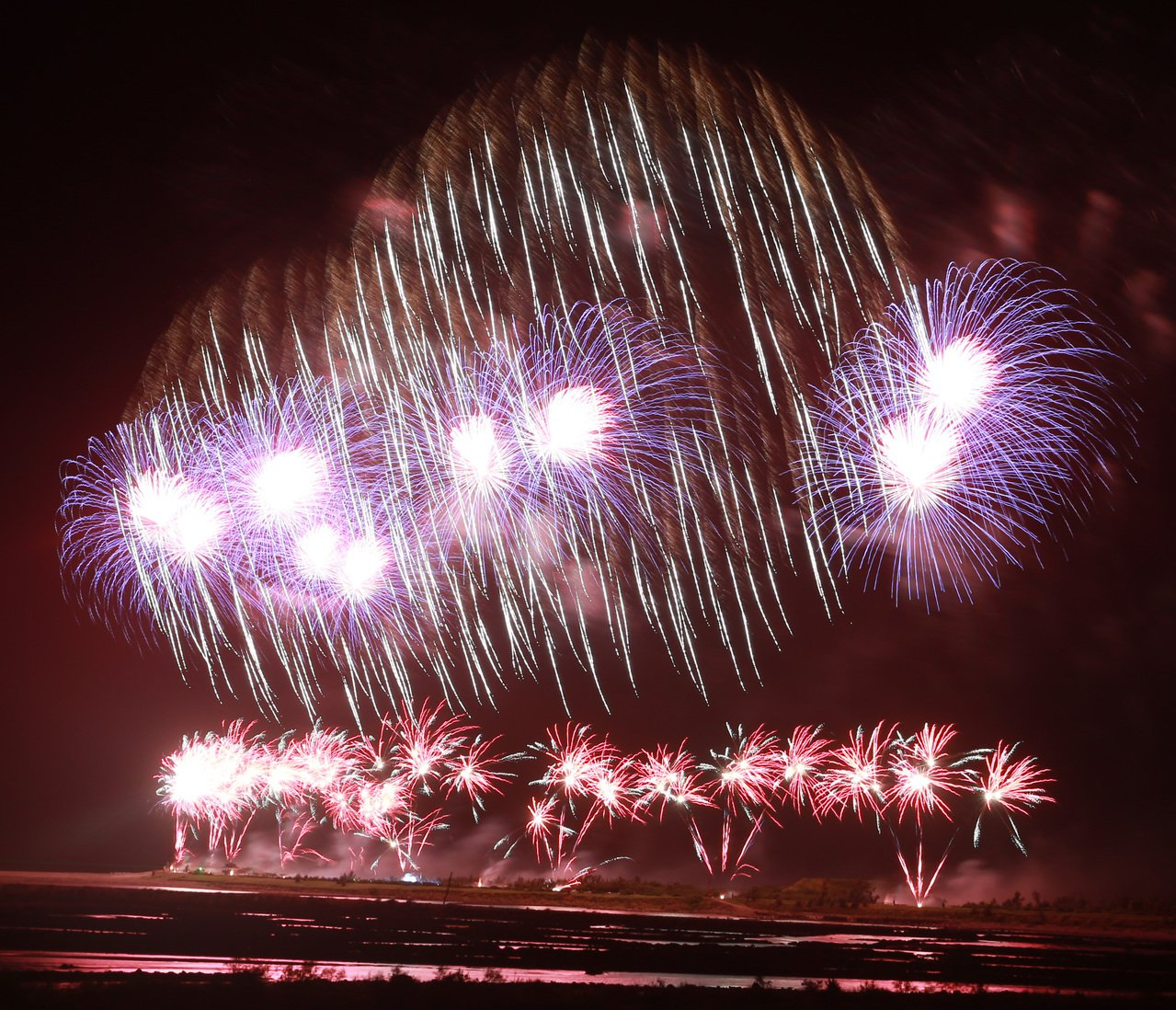 國慶煙火今晚在台東卑南溪出海口施放,美麗的火樹銀花在夜空綻放,十分美麗。記者劉學...