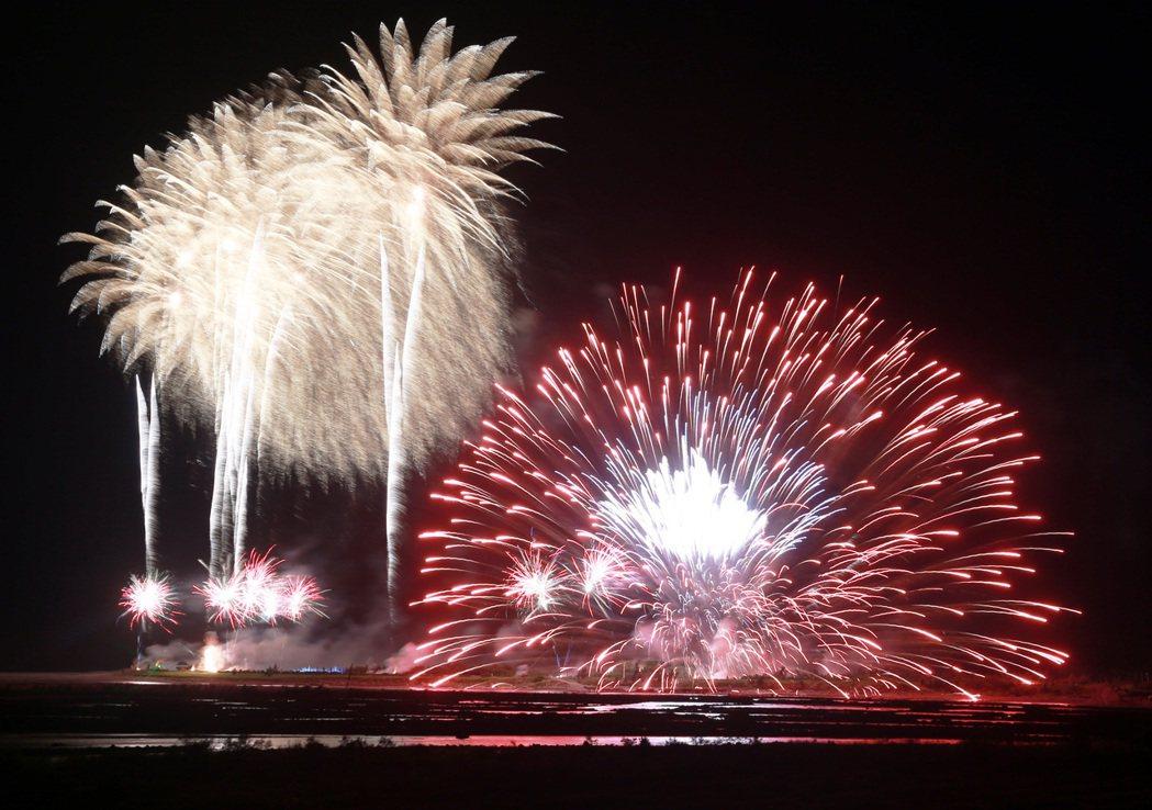 國慶煙火今晚在台東卑南溪出海口施放,美麗的火樹銀花在夜空綻放,十分美麗,一顆巨大...