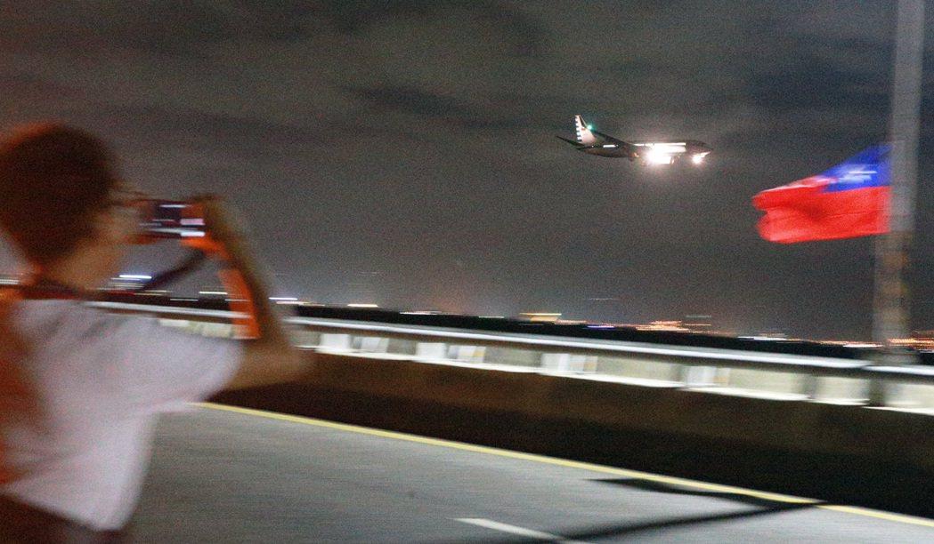 國慶煙火今晚在台東卑南溪出海口施放,蔡英文總統特地搭乘空軍一號趕來台東觀看。記者...