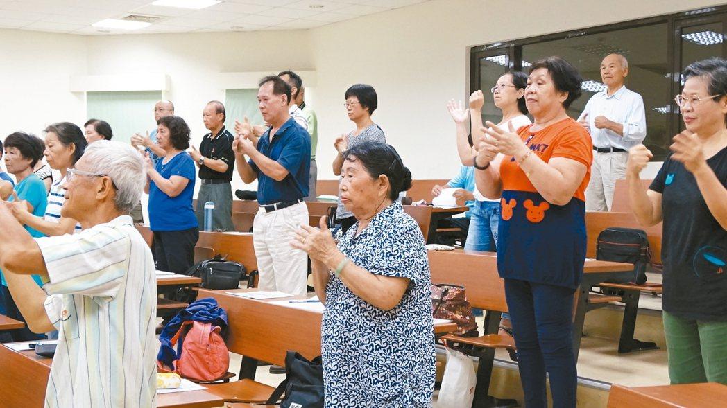 真理大學台南麻豆校區開設「樂齡大學」課程受歡迎,長輩們樂來上課。 記者謝進盛/攝影