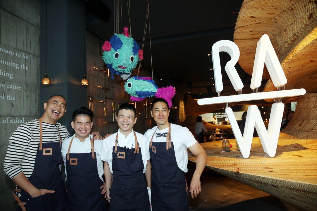由名廚江振誠(左)與另二位主廚合作開設的餐廳RAW,相當受歡迎。本報系資料照/記...