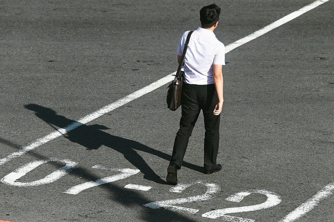 惠譽信評指出,台灣人均所得僅71.4萬台幣,比評等為「AA」級國家的人均所得中位...