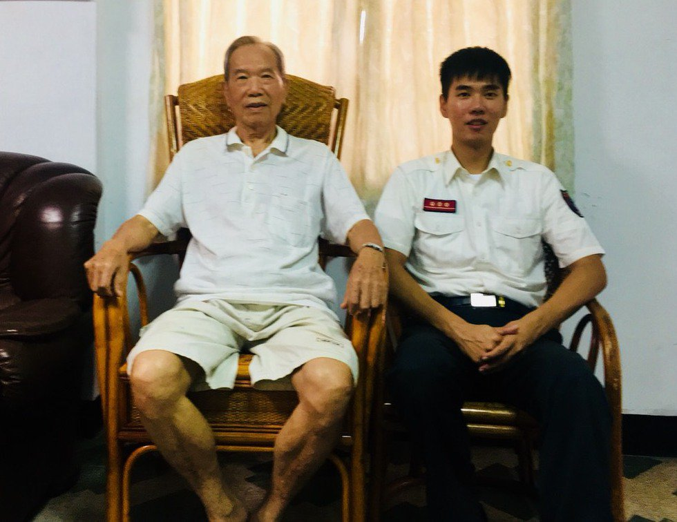 今年84歲的方澤春(左)在民國49年加入中壢義消,一做40多年;孫子方瑞鋐兩年前...