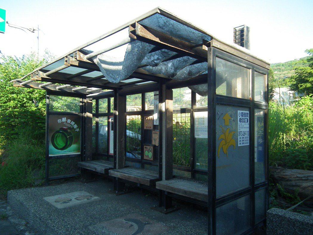 十年前台東縣政府曾獲得內政部經費補助,來興建公車候車亭,但如今已毀損嚴重不堪使用...