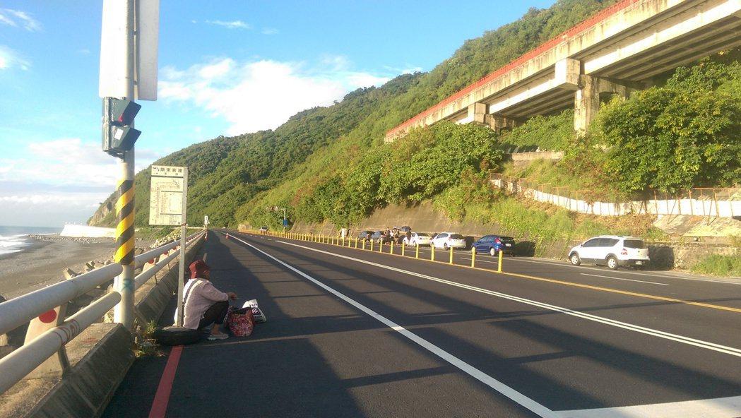 台東南迴公路上,因沒有候車亭或候車亭毀損,常見老人家蹲坐在公路旁等待公車的場景,...