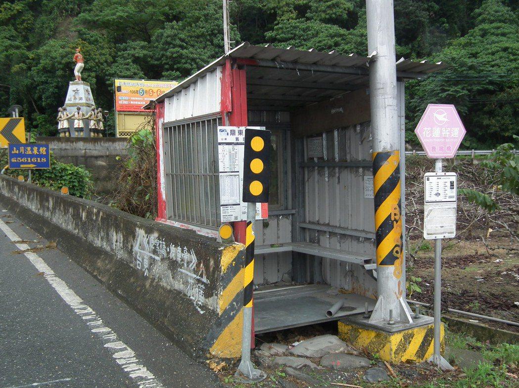 沒有公車候車亭,有民眾乾脆在公路旁自行搭建簡易候車亭。 記者尤聰光/攝影