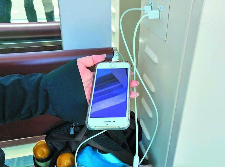 台北車站交6公車站區今年4月啟用,候車亭內有手機充電座。 報系資料照
