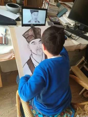 大陸小學生在畫蘇軾像。 圖╱取自澎湃新聞