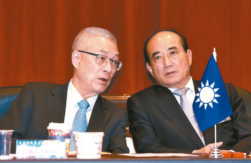 國民黨主席吳敦義(左)與立委王金平(右)交換意見。 報系資料照