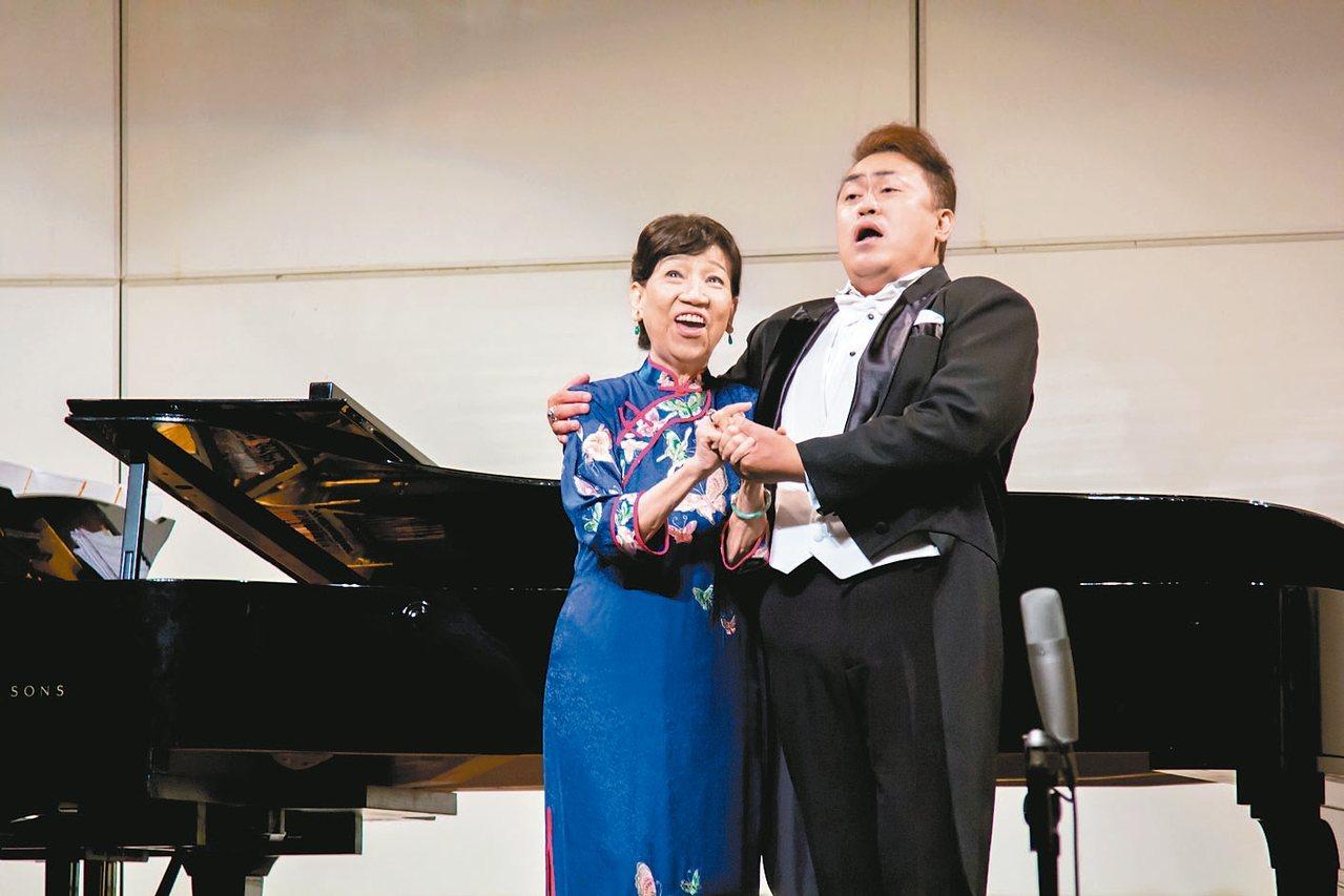 聲樂家辛永秀(左)的男高音學生王典,在生日音樂會上與她一同高歌。 辛永秀╱提供
