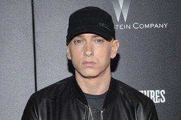 美國饒舌歌手阿姆(Eminem)昨天在黑人娛樂電視嘻哈大獎(BET Hip Hop Awards)痛批川普總統是種族歧視分子,並呼籲歌迷不要支持川普。法新社報導,有史以來唱片銷量最高的饒舌歌手阿姆,...