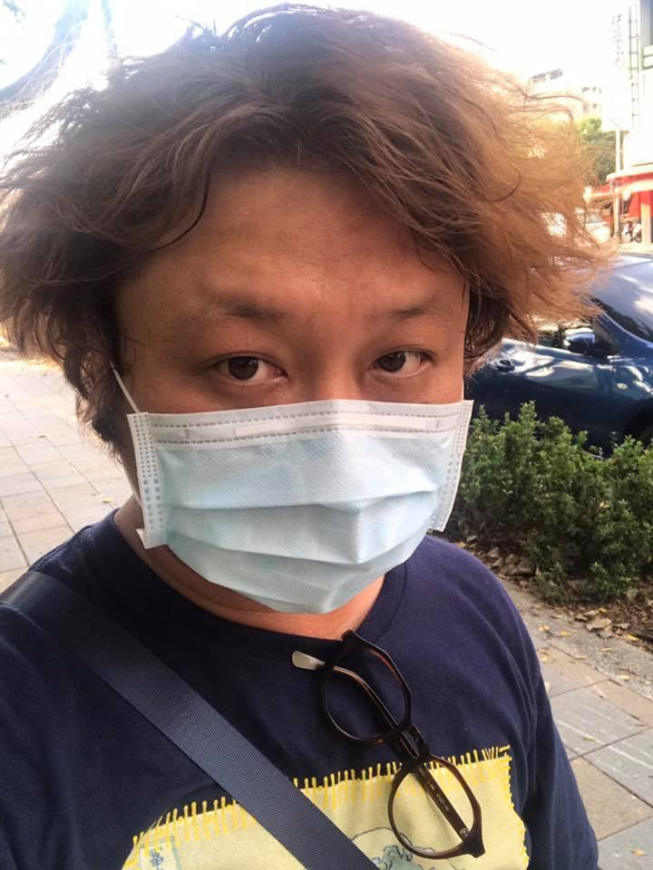 有網友看到納豆附上的照片,還開玩笑地說:「一瞬間以為是陳奕迅」。 圖/擷自臉書。