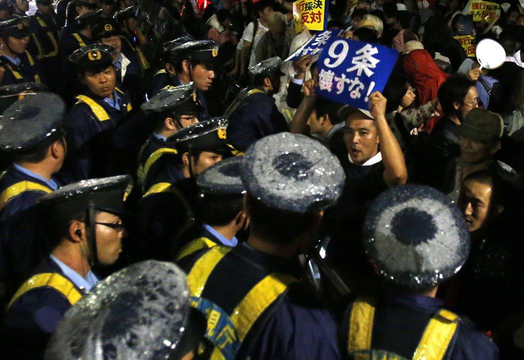 第九條因明言放棄戰爭、不維持武力、不擁有宣戰權,讓戰後日本憲法成為「和平憲法」。...