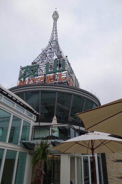 友山尊爵酒店16H旋轉餐廳外觀以巴黎鐵塔為造景概念。 記者賴香珊/攝影