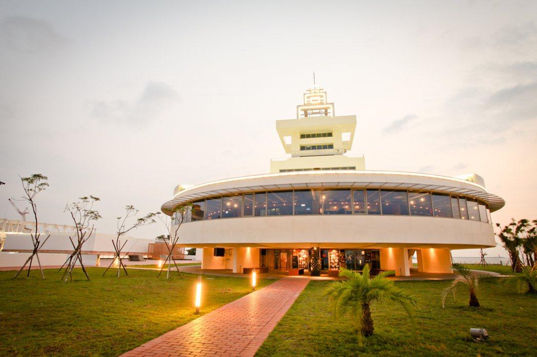 「高字塔旋轉餐廳」是目前全台灣最大的旋轉餐廳。 紅毛港文化園區/提供