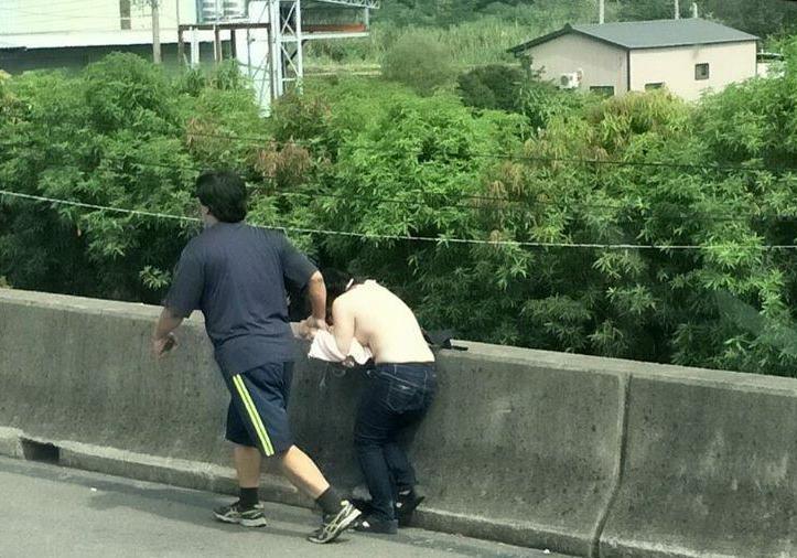 國道上ㄧ對男女發生肢體衝突,男方不顧女方反抗強行扯掉上衣,警方後來詢線趕到現場,...