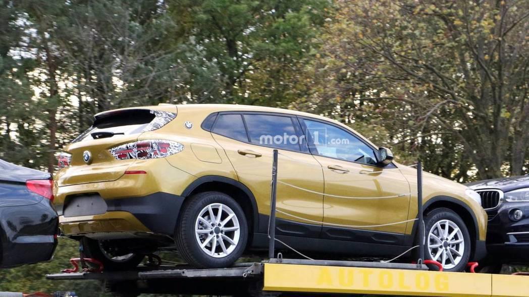 全新BMW X2 幾乎無偽裝的現身了。 摘自Motor 1