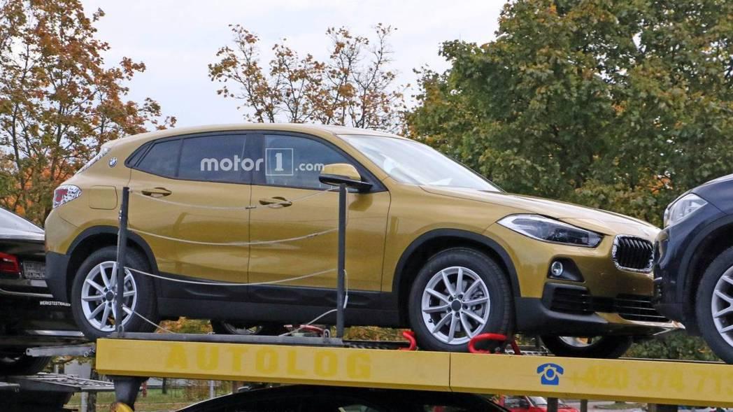 全新BMW X2 的C柱上有著BMW廠徽。 摘自Motor 1